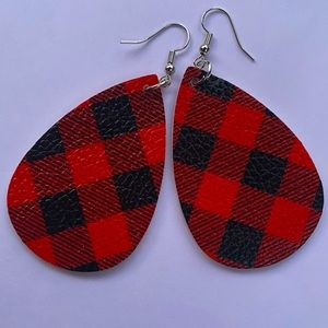 ‼️$5 add on or BOGO(2/$10)‼️🆕Red Buffalo Plaid faux leather teardrop earrings🎅